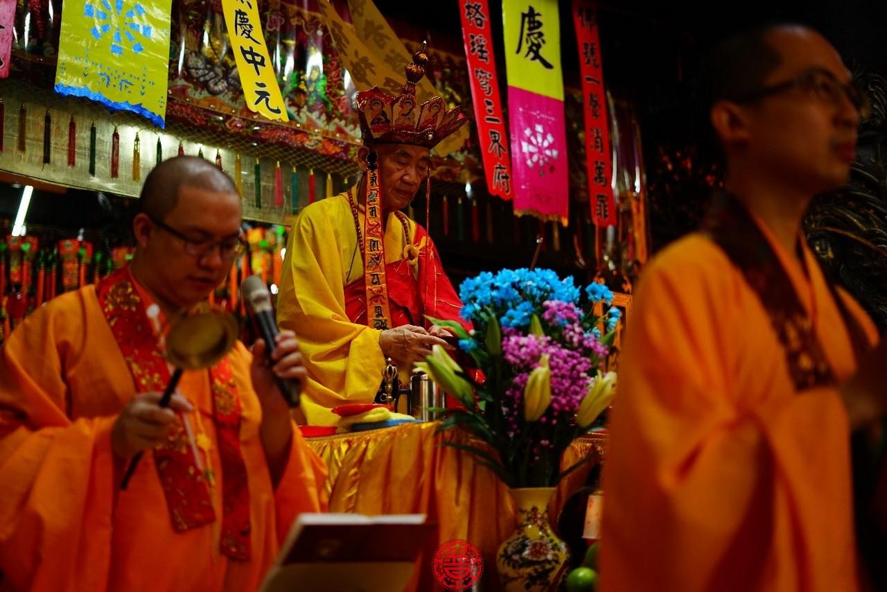 板橋慈惠宮普度採佛教式,由佛教法師施放瑜珈焰口。