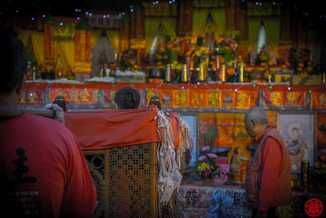 大駕於念經台前和壇上諸佛菩薩及地藏菩薩溝通