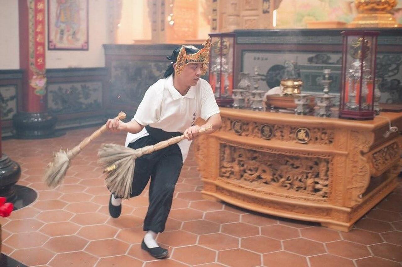 法師持天地掃掃除廟內之不淨