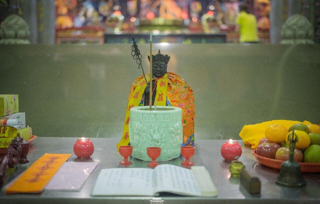 地藏菩薩的臨時案桌,案桌上可見法師所使用的淨杯、戒尺、金剛鈴、儀軌與疏文等。